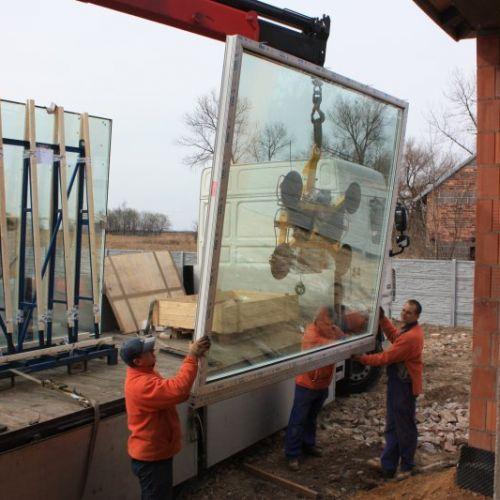 dwa pracownika i okno