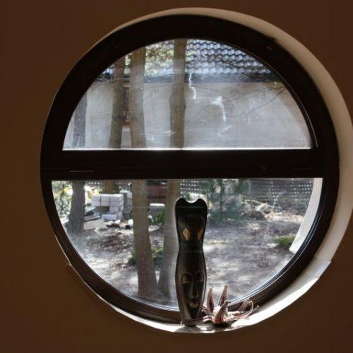 okrągłe brązowe okno