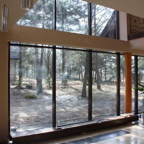 ściana okienna brązowa